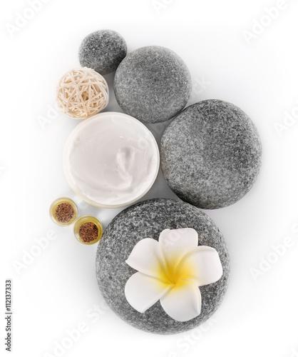 kuracja-spa-masaz-kamieniami-kompozycja-na-bialym-tle