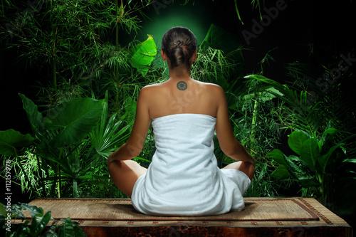 Plakat Widok medytuje w zdroju środowisku ładna młoda kobieta