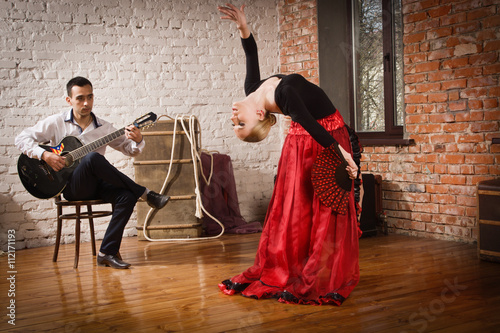 Cadres-photo bureau Carnaval Young woman dancing flamenco and a man playing the guitar