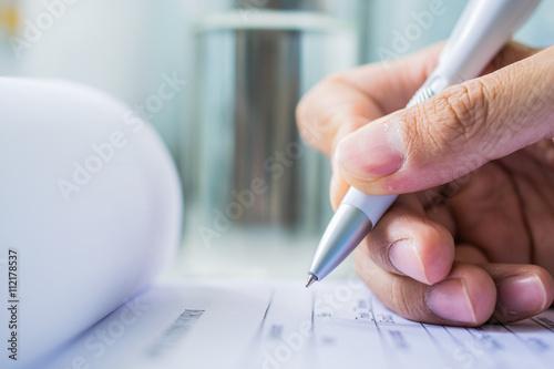 Fotografía  Hand with pen over application form