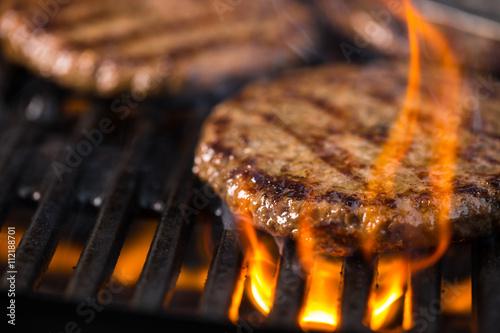 Recess Fitting Grill / Barbecue Mehrere Burger auf dem Grillrost mit Flammen im Vordergrund
