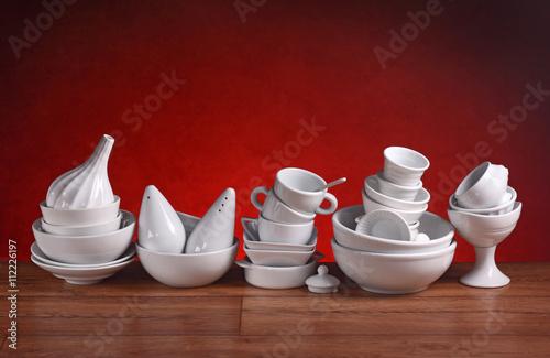 Fotografie, Obraz  utensili da cucina in porcellana bianca - sfondo rosso