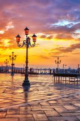 Panel Szklany Podświetlane Latarnie Piazza San Marco at sunrise, Vinice, Italy