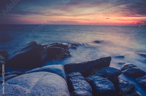 dlugich-ekspozycji-piekny-krajobraz-zachod-lub-wschod-slonca-nad-morzem-z-kamienia-na-piekne-chmury-scape-nastrojowe-niebo