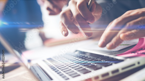 Fotografía  Typing on laptop