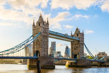 Tower Bridge w Londynie podczas zachodu słońca z dzielnicy finansowej Londynu w tle