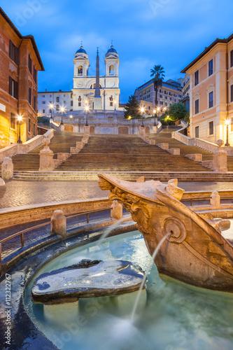 schody-hiszpanskie-scenograficzne-schody-w-rzymie-w-rione-campo-marzio-zdjecie-w-godzinach-wieczornych