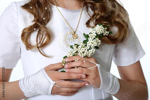Fotografie, Obraz  Klatka piersiowa dziewczynki w stroju komunijnym, kwiaty.