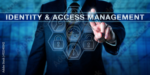 Fotografía  Manager Pushing IDENTITY & ACCESS MANAGEMENT