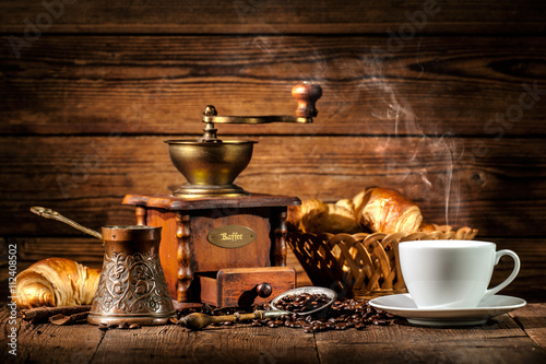 Café en grains Coffee and croissants on wooden background