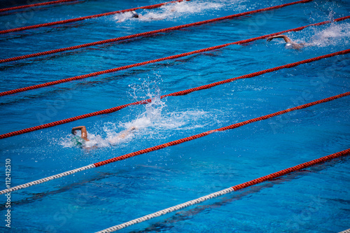 Fotografía  Piscina olímpica con la carrera de nadador rastreo