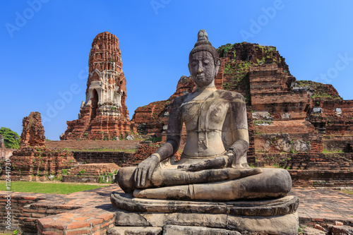 Poster Ruine Ancient statue of buddha in wat mahathat temple, Ayutthaya Thail
