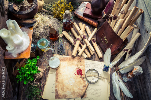 Foto  Magical witcher labolatory full of scrolls and recipe