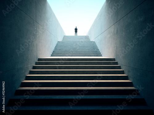 Sukces koncepcji biznesowej. Ludzie wspięli się na schody
