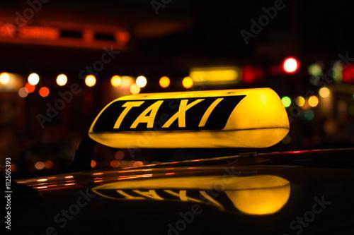 Fotografiet taxi schild bei nacht
