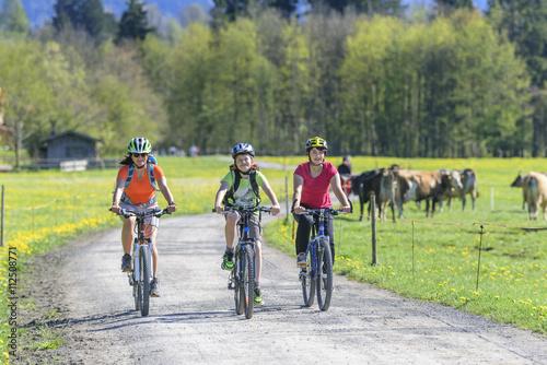 Foto op Plexiglas Fietsen entspannte Radtour im Grünen