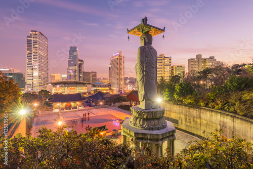 In de dag Bangkok Bongeunsa temple of downtown skyline in Seoul City, South Korea