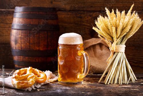 Fotografía  Jarra de cerveza con espigas de trigo y pretzel