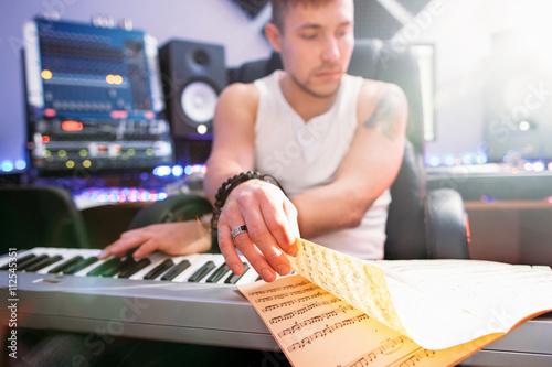 Fotografía  DJ crear música de club en el estudio de grabación de sonido