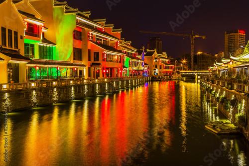 Ingelijste posters Beijing Water Canal Near Nanchang Temple Wuxi Jiangsu China Night