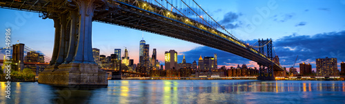 Photo  Manhattan Bridge panorama with skyline and Brooklyn Bridge at dusk, New York