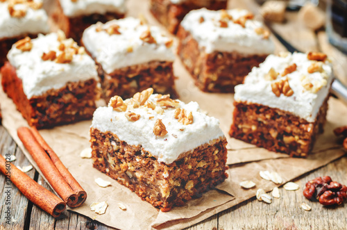 Foto vegan walnuts carrot cake with cashew cream frosting