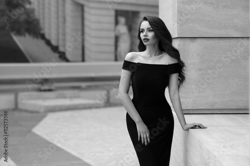 Fotografía  Black and white portrait of young beautiful elegant woman in black dress