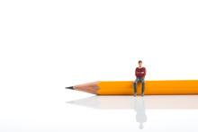 ミニチュア 鉛筆と考える男性