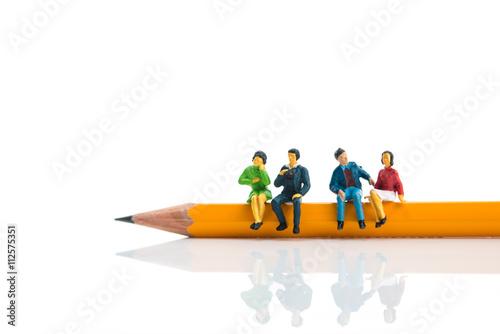 Fotografie, Obraz  ミニチュア 鉛筆の上で座っている男女