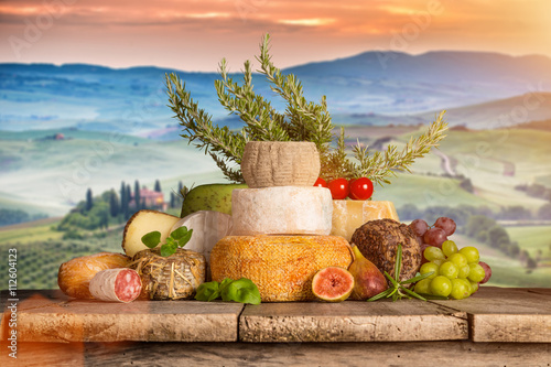 Photo sur Toile Vin Delicious cheeses with wine on old wooden table.