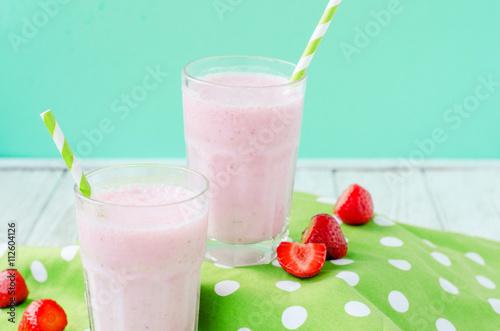 Foto op Plexiglas Milkshake Summer refreshing cold drink , a milkshake with strawberries on a bright color background