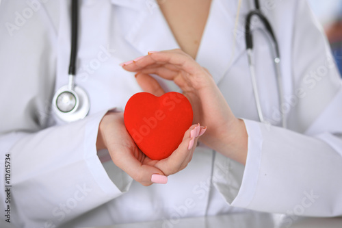 Fotografía  Female doctor with stethoscope holding heart