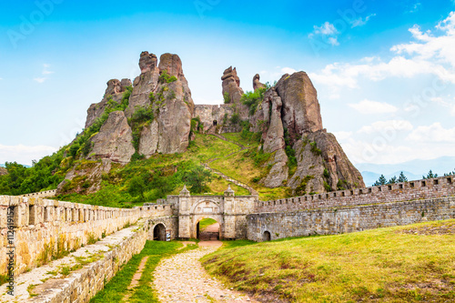 Foto  Vibrant image of Belogradchik cliff rocks and wall at ancient Kaleto fortress, B