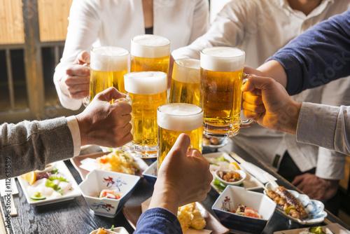 Cuadros en Lienzo 居酒屋 で 乾杯 を す る 男女