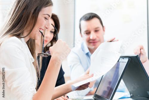 Fotografie, Obraz  Ženy a muži v kancelářských čtení dokumentů