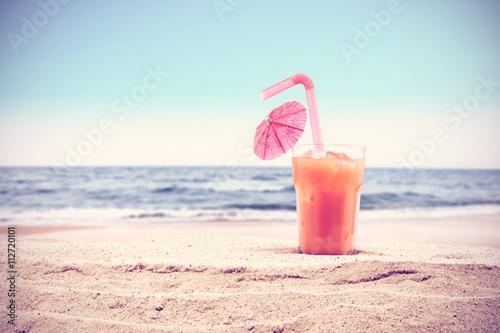Leinwand Poster  Sommer Hintergrund für Ihr Getränk auf Sand und den freien Speicherplatz