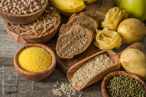 Fotomural  Selection of comptex carbohydrates sources on wood background