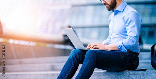 Fotografie, Obraz  Manager s notebookem, sedí na schodech, Londýn, radnice