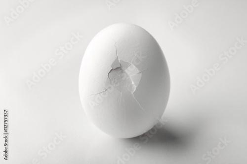 Fotografía  Cracked egg on white background
