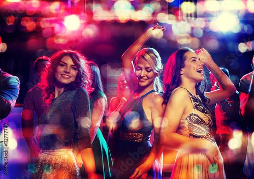 Carta da parati happy friends dancing in club with holidays lights