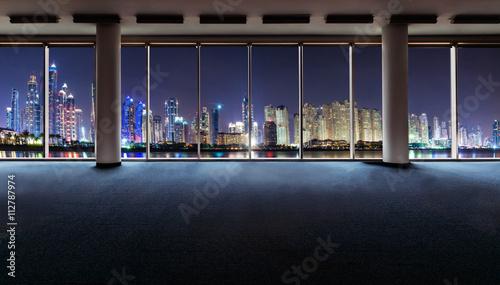Fototapeta Wnętrza biurowe z panoramicznymi oknami