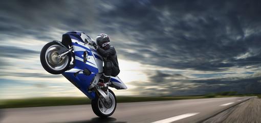 Szybki Wheelie na niebieskim motocyklu