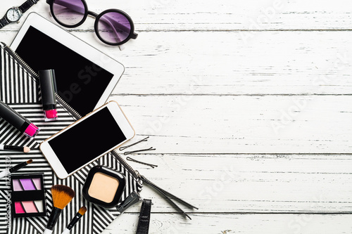 Fotografía  Overhead view of essential beauty items, Top view of cosmetics a