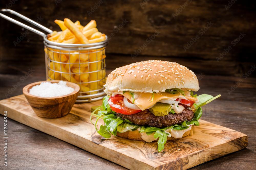 Photo Art Print Burger Mit Pommes Auf Holz Europosters