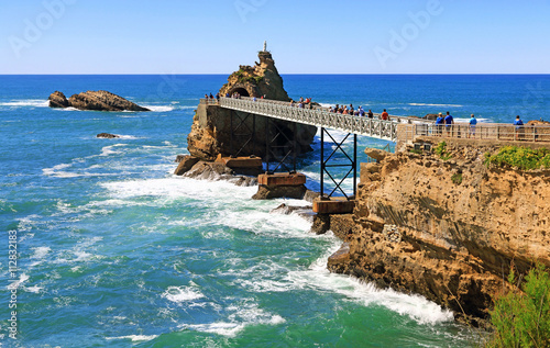 Le rocher de la Vierge à Biarritz - 112832183