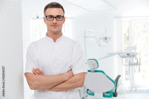 mata magnetyczna Female dentist standing with his hands crossed