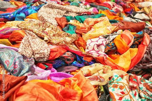 grande vendita bf499 2aff9 Sciarpe e foulard colorati in pura seta - Buy this stock ...