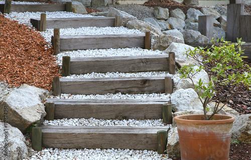 Escalier de jardin en bois et gravier – kaufen Sie dieses Foto und ...