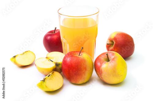 Erntefrische Äpfel und Apfelsaft im Glas vor weißem Hintergrund ...