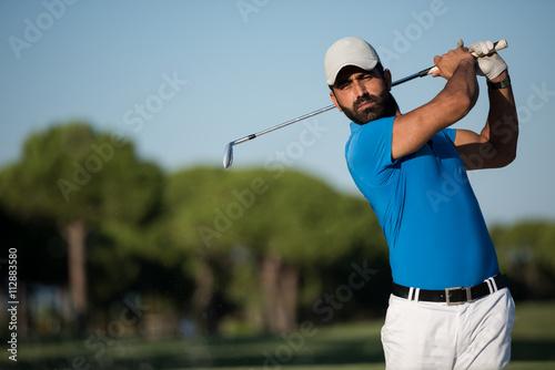 Foto Pro-Golfer, der einen Sandbunkerschuß schlägt